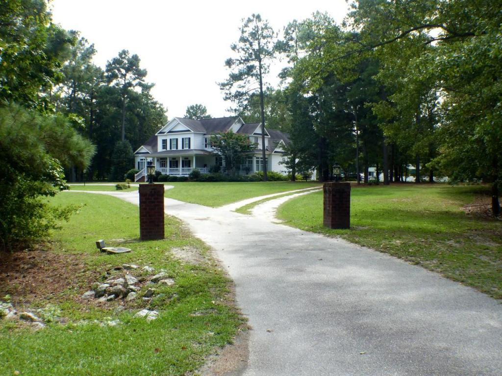 7821 Carnostie Drive, Laurinburg, North Carolina 28352
