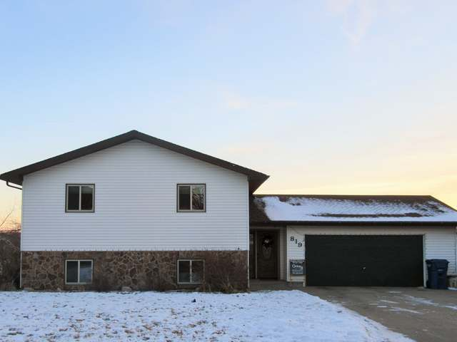 819 1st St NW, Beulah, ND 58523